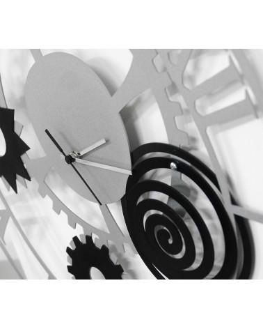 particolare di orologio da parete moderno ingranaggio colore argento